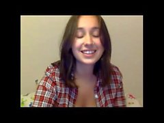 Buen culo y las tetas se muestra por adolescente en la webcam