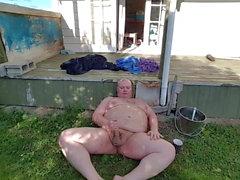 Dicker Mann draußen im Garten von einer öffentlichen Straße