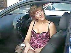 Sara sairaanhoitaja autossa