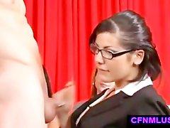 Смарт Paki девушки в очках высасывает Малый азиатских Paki размер члена за потехи друзей