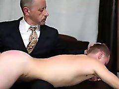 Daha yaşlı homoseksüel bir adam spanks ve asabi sebepten genç bir adam düz