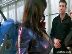 Légende porn désagréable , de Lisa Anne , est baisée dur dans un hangar d' l'avion