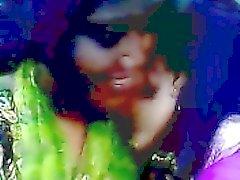 Desi bangladesh Bög lesbisk kvinna i Lima Akhter och Kaniz kyssas