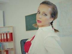 La muchacha caliente portuguesa Nina Trevino de la escuela se prepara para la clase anal