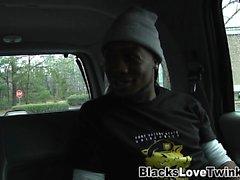 Ragazzo gay cavalca un ragazzo nero