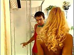 Euro Kinky schoonmaken van het toilet leidt tot ruige seks