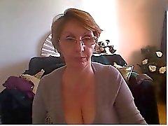 Mulher madura que mostra corpo bonito e de grandes mamas