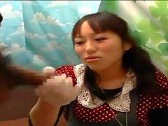 Japanilaiset teen handjob bussiin täynnä ihmisiä