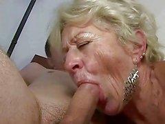 Бабушка и мальчик наслаждаться жесткий секс