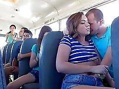 Maddy à prend un tête dans bus scolaire