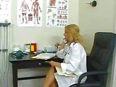 Rondborstige blonde arts in haar kantoor