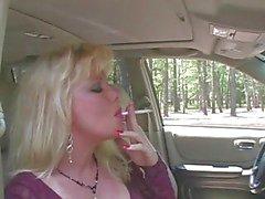 Sıcak Blonde MILF Sigara ve Sucking yılında Fishnets & Topuklar