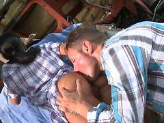 Seksi çiftlik kızı açık havada sert anal fuck alır