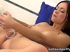 Esmer Alyssa ile Reece'in pussy pompaj ve pissing doğal köpüklü