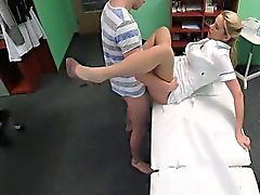 Stud pris à tricher son gal avec l'infirmière