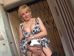 MILF britannico catturato nell'ascensore