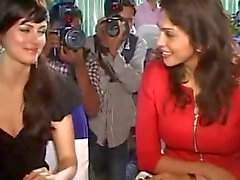 Yana Gupta sem calcinha upskirt em evento de caridade