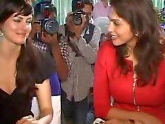 Yana Gupta zonder slipje upskirt op liefdadigheidsevenement