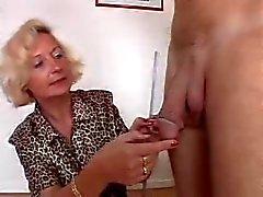 Granny italiana occupa 2 galli