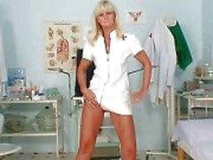 Пожилые Франтишка киской зияющими на униформе медсестры по