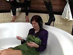 Threeway lez piss banyo