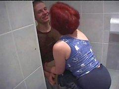 Reife Frauen ficken viel jüngeren Jungen im Badezimmer