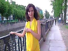 Russischen Schönheiten blinken in den öffentlichen