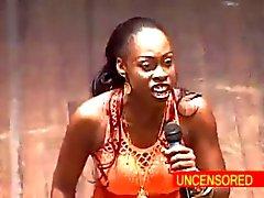 Del cómico Mujer africana profundos Throats un consolador