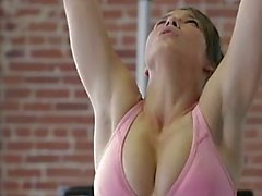 2 Girls Workout kehoaan Sitten Each Other