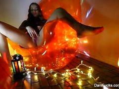 brunette sexy che Dani di Daniels dispone di una sessione sola birichino sedia in una arancione