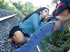 Heiße Latina bekommt Blasen, die auf Gleisen ist hart
