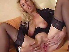 Vervelende rijpe blonde spreidt haar kut lippen en voeders in een dildo