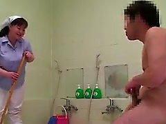 Чанки азиат уборщиком с большой синицы дует ему и заставляет humpe