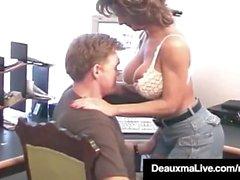 La femme de ménage mûre Deauxma prend le coq de Hubby dans son ânesse!