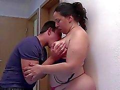Fat and hot mature obtient baisé dur par un jeune homme