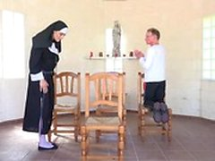 Del abuelo está folla a joven monja de en la capilla