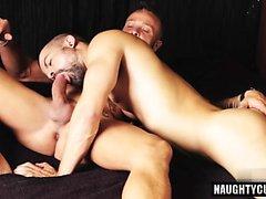 Grosse fessée gay et éjaculation