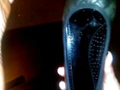 Huellas sudorosas en el vidrio negro