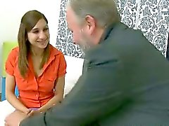 De Ulia está llevando un equipo atractivo naranja en su un dormitorio y