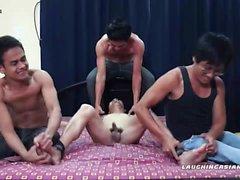 Asian de Garçon Vahn assortis et d' trois lits simples Tickled