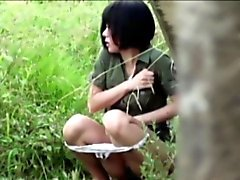 Asian slut pissin in park