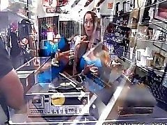 Femmina DJ che vende la sua corpo di negozio di pegni