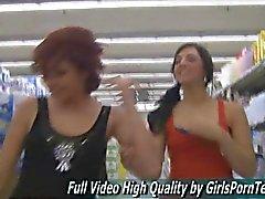 Las señoras blanco brunette están preparados a besarse