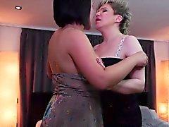 Sekä vanhat että nuoret lesbot Licking loppu keskenään