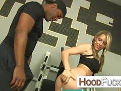 Courtney Cummz baise son entraîneur personnel noir dans sa salle de gym à domicile