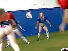 Rookies saada ulos osakuntatytöt sisariaan jalkapallokentät