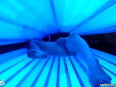 estudiante de la universidad latina adolescente da coño lesbianas un masaje en la cama de bronceado