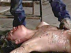 Мужчина гитлеровское кабалу геев прикованным к полу склада а Una