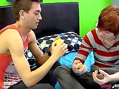 Twink мальчиков делятся своими Игрушки и их привязанность