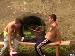 I giovani bei fanno l'amore anale all'aperto dopo la pallavolo